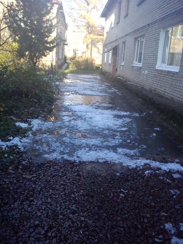 снег и лед с крыши дома падает на людей 1
